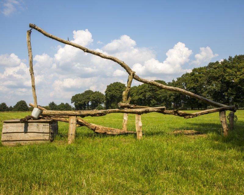 Zieh-Brunnen aus Holz auf Weide im Naturschutzgebiet Dingdener Heide Hohe Mark