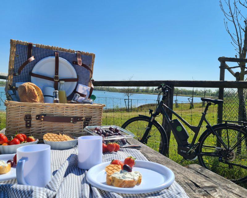 Picknick mit Blick am Baggersee der Tagestour