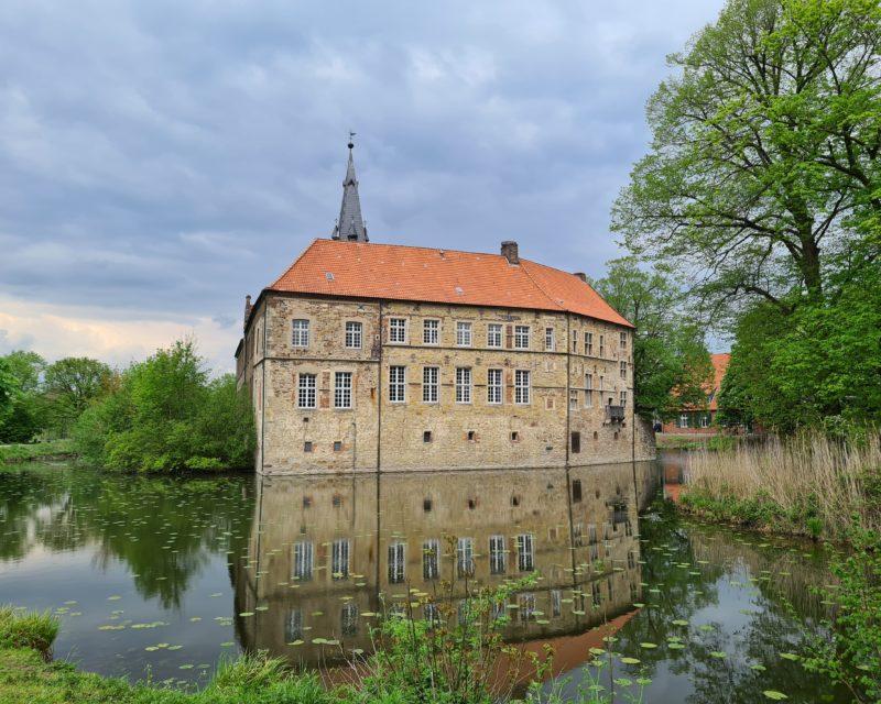 historische Burg Luedinghausen umgeben von Graefte