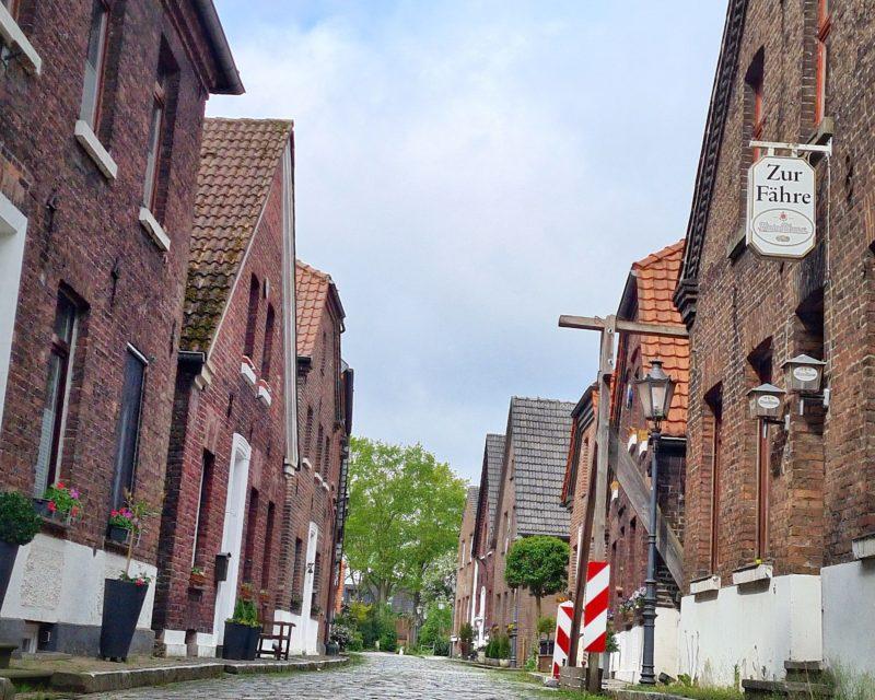 alte Dorf Gasse in Krudenburg auf Tagesschleife Huenxe