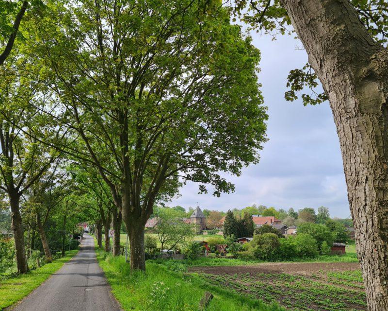 Fernblick auf das idyllisch gelegene Schifferdorf Krudenburg