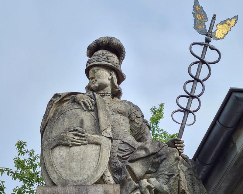 Sandsteinstatue am Eingangstor zum Schloss Gartrop