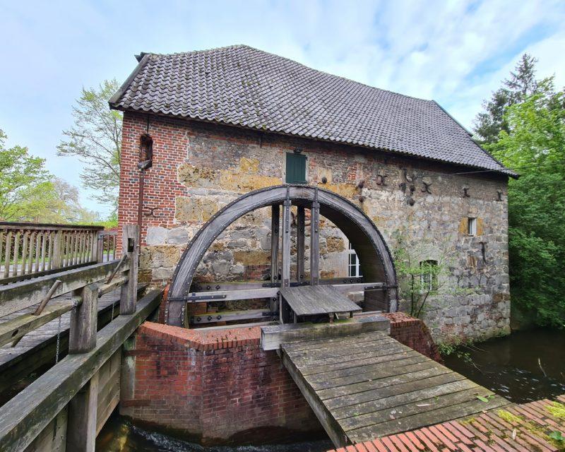 historisches Muehlengebaeude mit Wassermuehle am Schloss Gartrop
