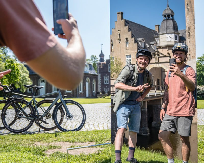 Selfie von zwei Radfahrern im Spiegel an der Wasserburg Gemen Borken auf Hohe Mark RadRoute