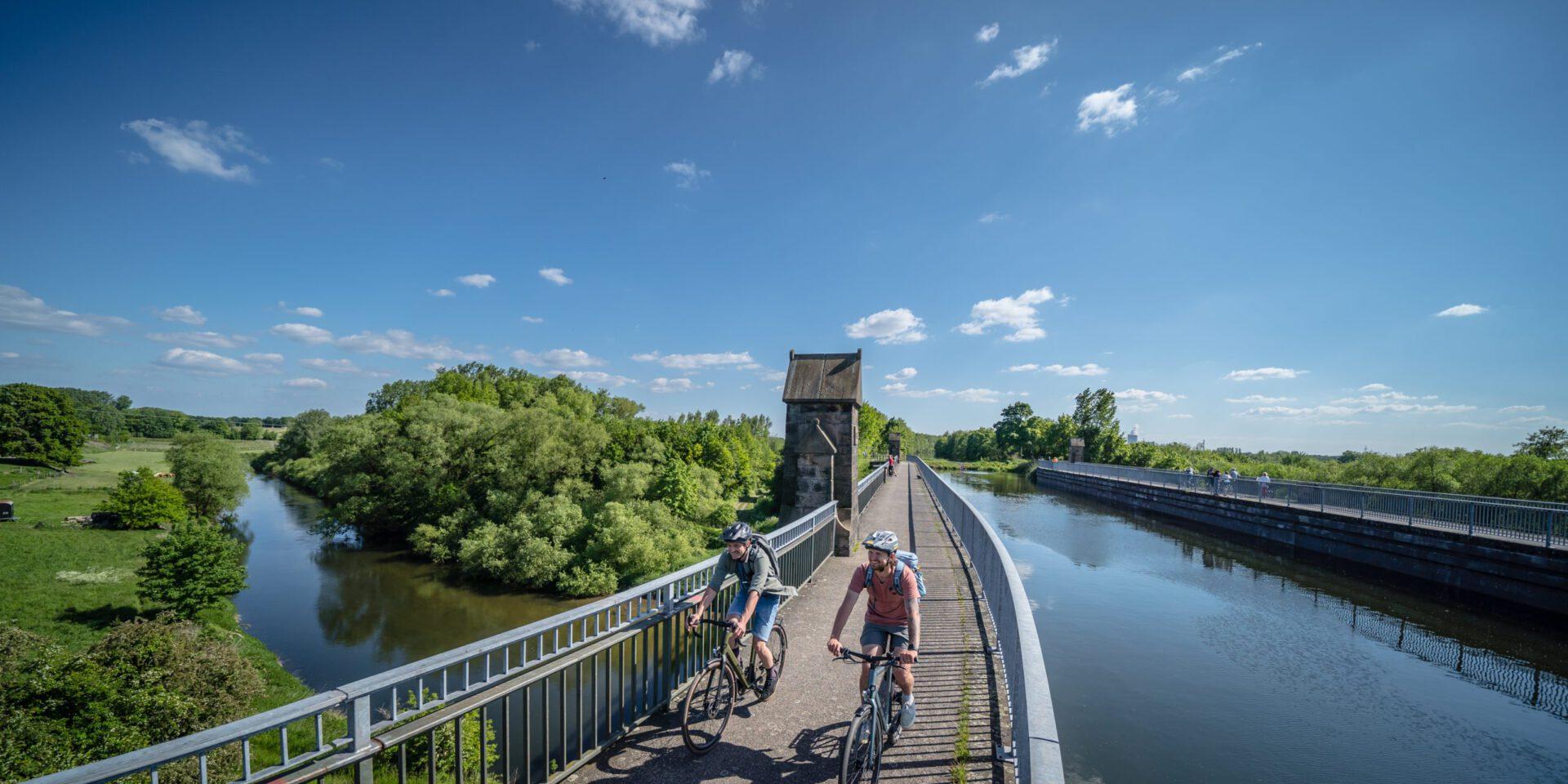 Radweg auf Bruecke mit Kanal ueber Fluss
